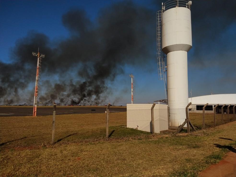 Incêndio em mata cancela voos no aeroporto Bauru-Arealva — Foto: Mayky Araújo/TV TEM