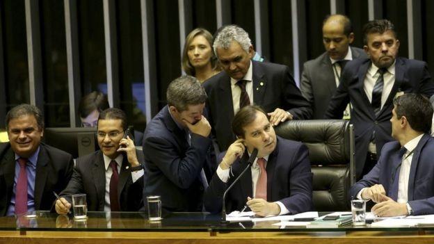Dificuldade de articulação do governo no Congresso, à medida que coloca em risco ou retarda a aprovação das reformas, pressiona o dólar para cima (Foto: WILSON DIAS/AG. BRASIL, via BBC News Brasil)