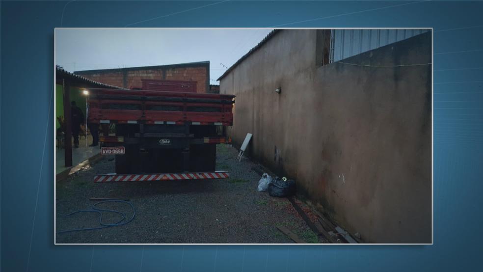caminhão roubado mantido em chácara no DF (Foto: TV Globo/Reprodução)