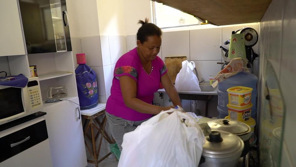 Alexsandra Maria Oliveira, o marido e o filho se mudaram para habitacional em Jaboatão em novembro de 2018 — Foto: Reprodução/TV Globo