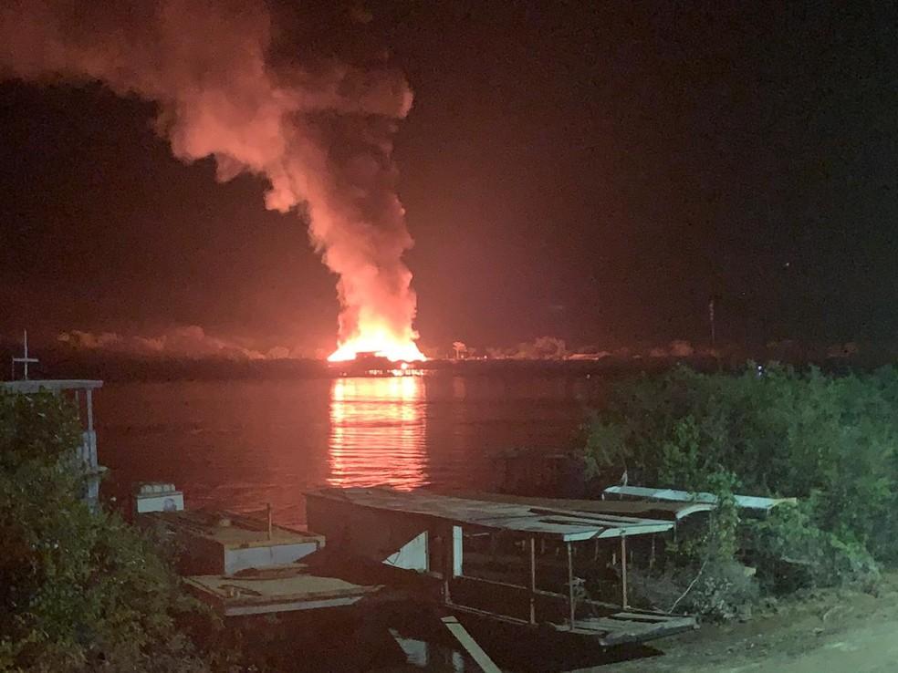 Incêndio de grandes proporções atinge vilarejo de casas e lojas na divisa de Costa Marques. — Foto: Reprodução / Arquivo pessoal