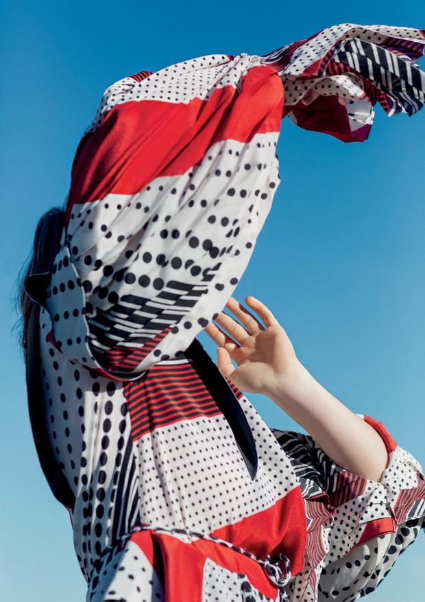 Vestido de seda, R$ 27.500. Botas de couro, R$ 8.450, e óculos (Foto: Gleeson Paulino)