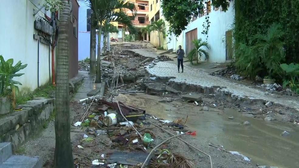 Imagem feita na quinta, um dia antes do desabamento, mostra rua destruída no acesso à comunidade — Foto: Reprodução/TV Globo