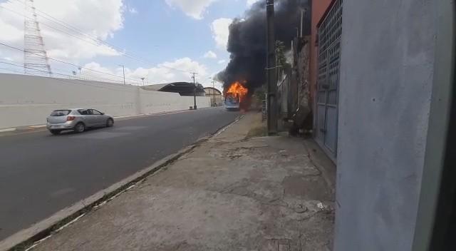 Ônibus pega fogo no bairro Outeiro da Cruz, em São Luís; VÍDEO