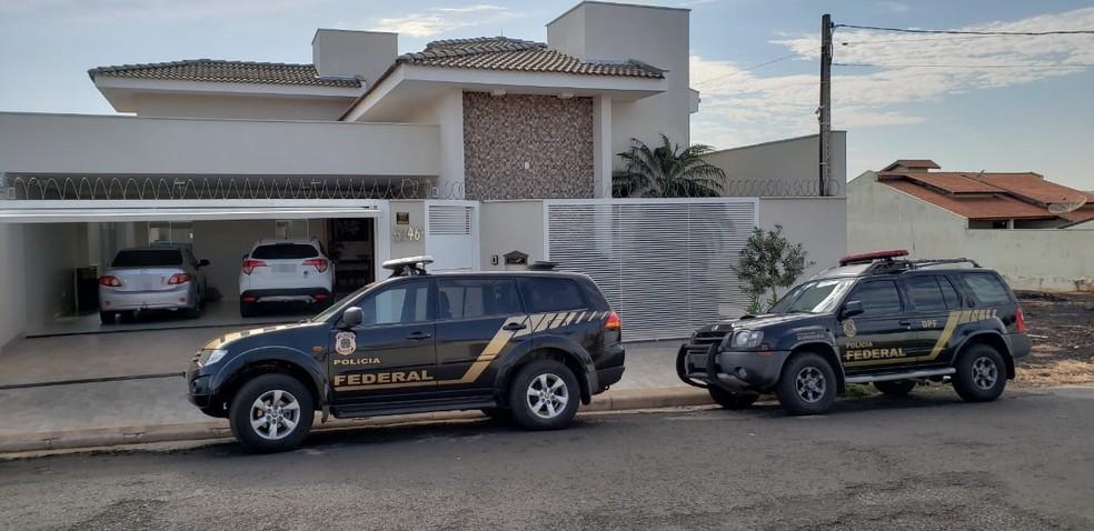 Polícia Federal em frente à casa da tesoureira da prefeitura de Jales (Foto: Janaína de Paula/TV TEM)