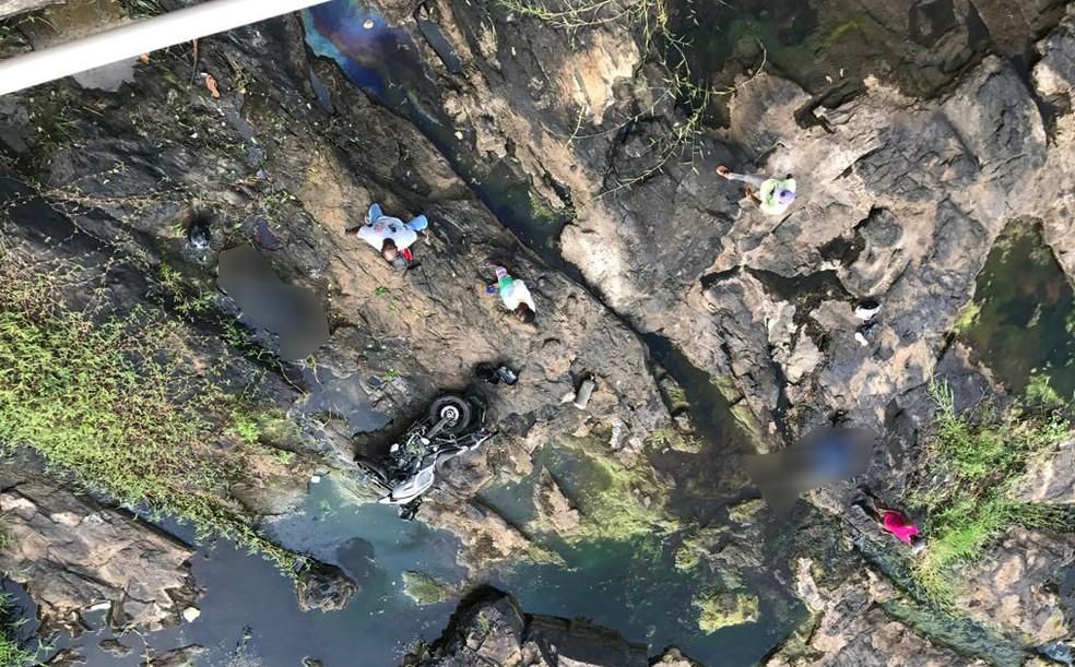 Casal em moto caiu de ponte na BA-046 — Foto: Carlos José/Site do Voz da Bahia