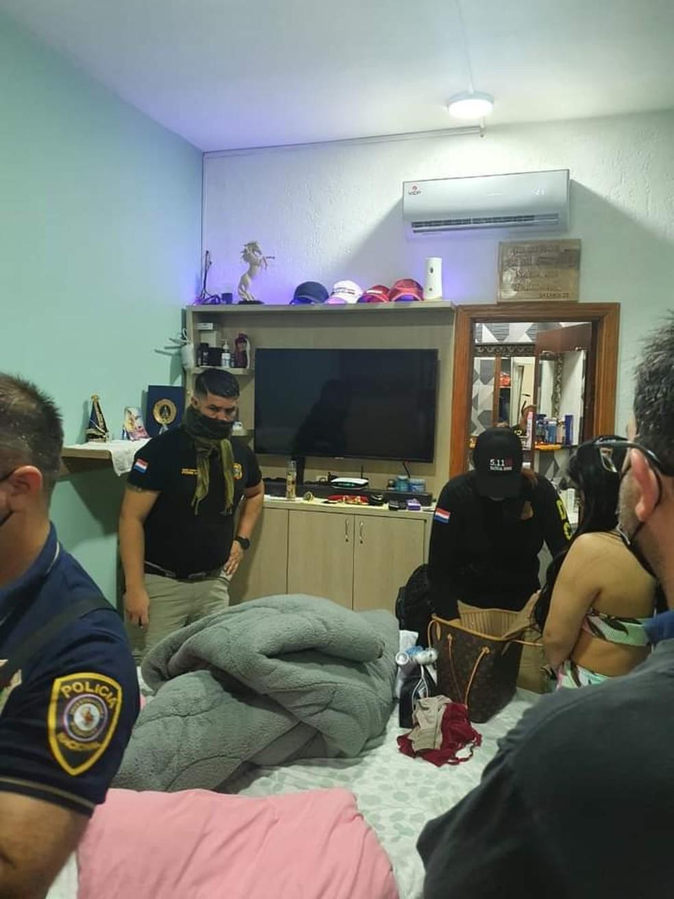 Cela tinha televisão e até ar-condicionado para presos. — Foto: Polícia Nacional