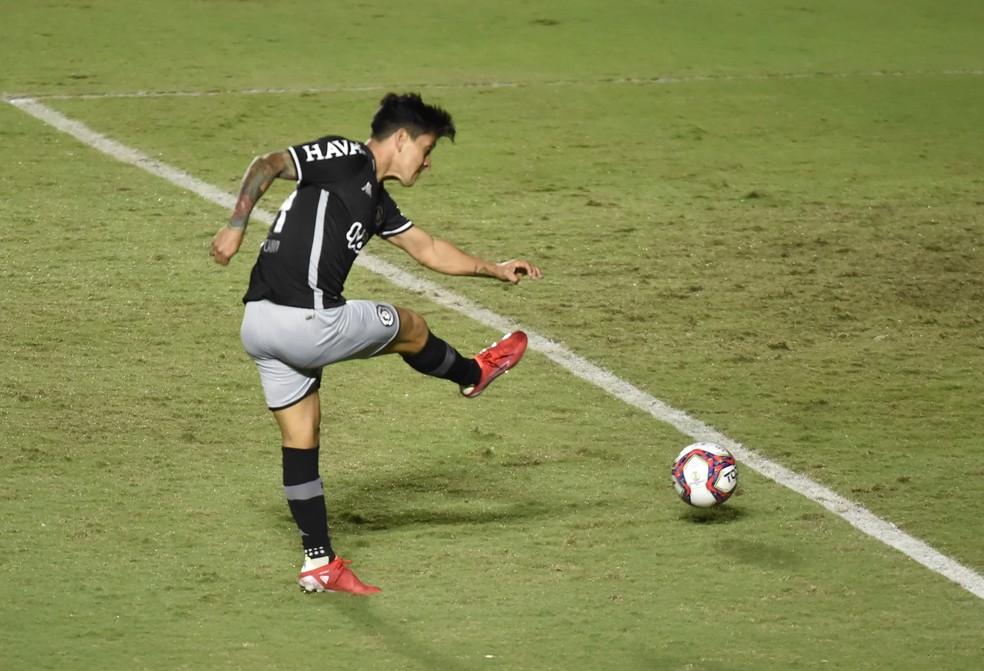 Cano bate para fazer o gol do Vasco contra o Sampaio Corrêa — Foto: André Durão/ge