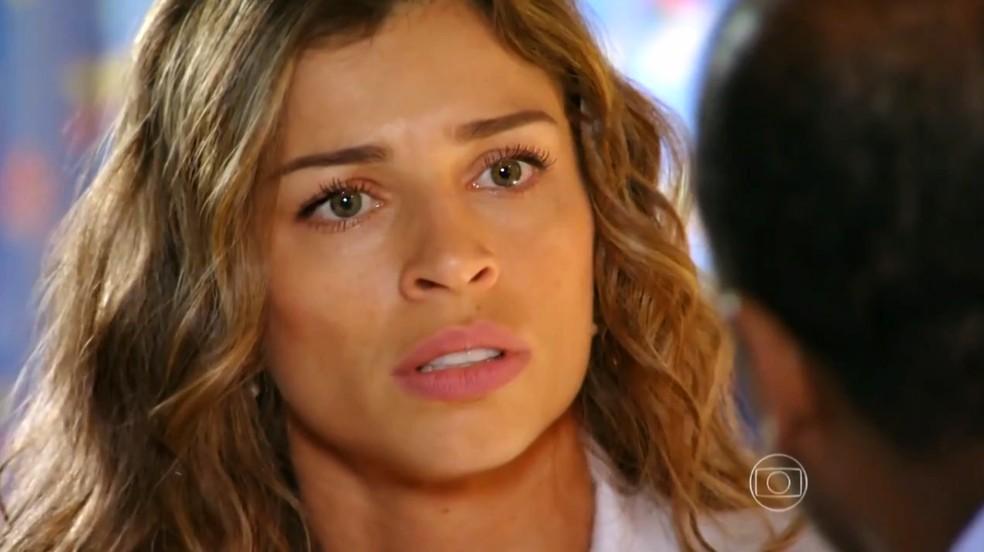 Ester (Grazi Massafera) descobre que Alberto (Igor Rickli) causou a prisão de Cassiano (Henri Castelli) na Guatemala - 'Flor do Caribe' — Foto: Globo