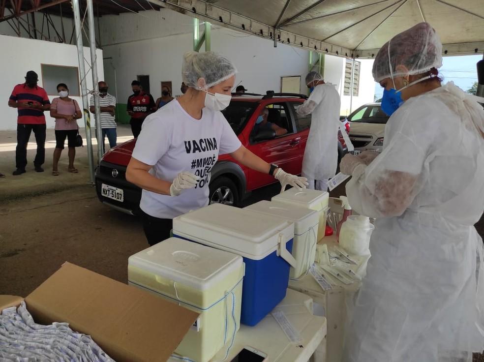 Com novo lote de vacina, Rio Branco retomou aplicação da primeira dose neste sábado (17) — Foto: Quésia Melo/Rede Amazônica Acre