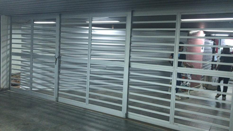 Portões de estação do Metrô fechados  — Foto: Maria Ferreira/G1