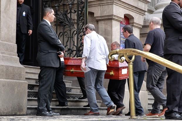 Corpo de Lúcio Mauro chega ao Theatro Municipal, no Rio de Janeiro (Foto: Roberto Filho / Brazil News)