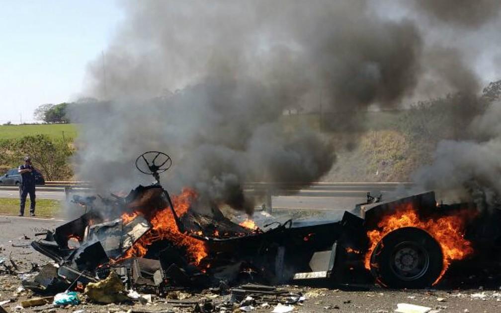 Grupo armado explodiu carro-forte na Rodovia Carlos Tonani em Barrinha, SP (Foto: Polícia Militar/Divulgação)
