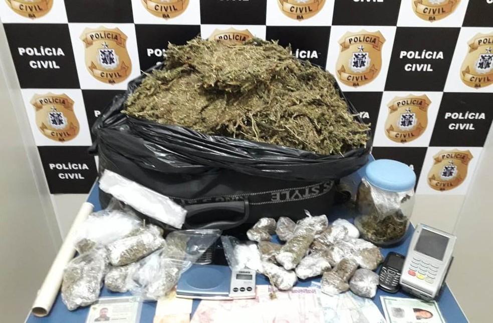 Motorista de aplicativo é preso com outro homem antes de corrida para fazer entrega de drogas na BA — Foto: Divulgação/Polícia Civil
