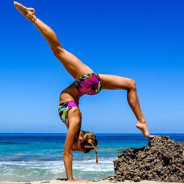 Amanda encontrou na ioga uma saída pra conviver com sua doença crônica (Foto: Reprodução/Instagram)