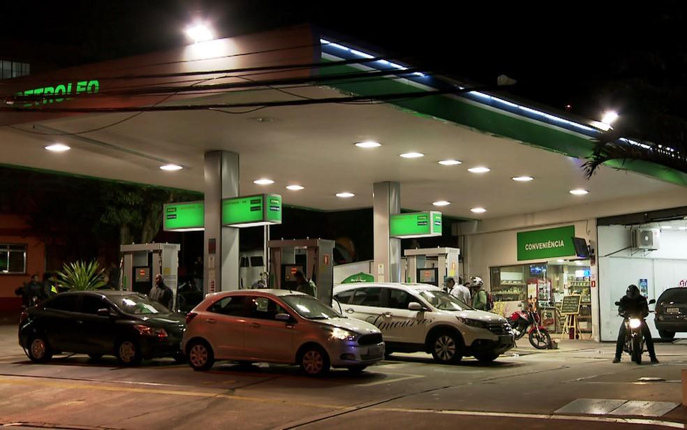 Motoristas fazem fila em posto de combustíveis na Lapa, Zona Oeste de São Paulo (Foto: GloboNews/Reprodução)