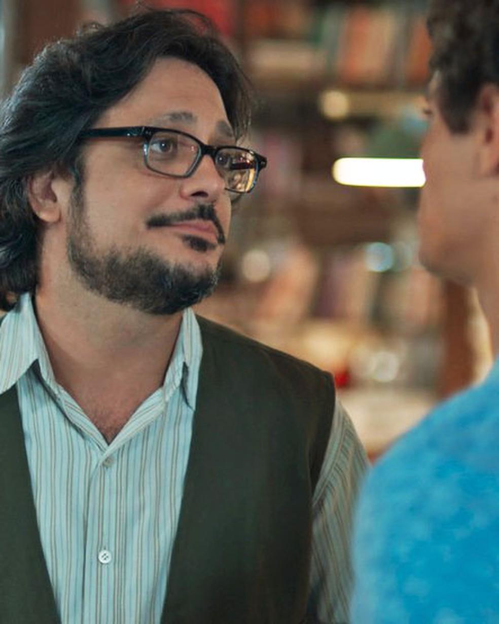 Roney (Lucio Mauro Filho) se emociona ao falar com Tato (Matheus Abreu) em 'Malhação - Viva a Diferença' — Foto: Globo