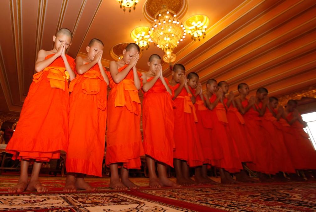 Meninos resgatados em caverna na Tailândia rezam neste sábado (4) durante cerimônia budista que encerra retiro espiritual (Foto: Sakchai Lalit/AP)
