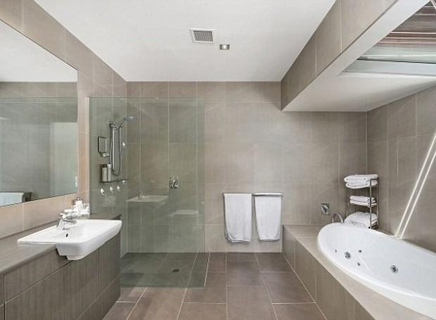 O banheiro é amplo com design minimalista (Foto: Gittoes - East Gosford/ Reprodução)