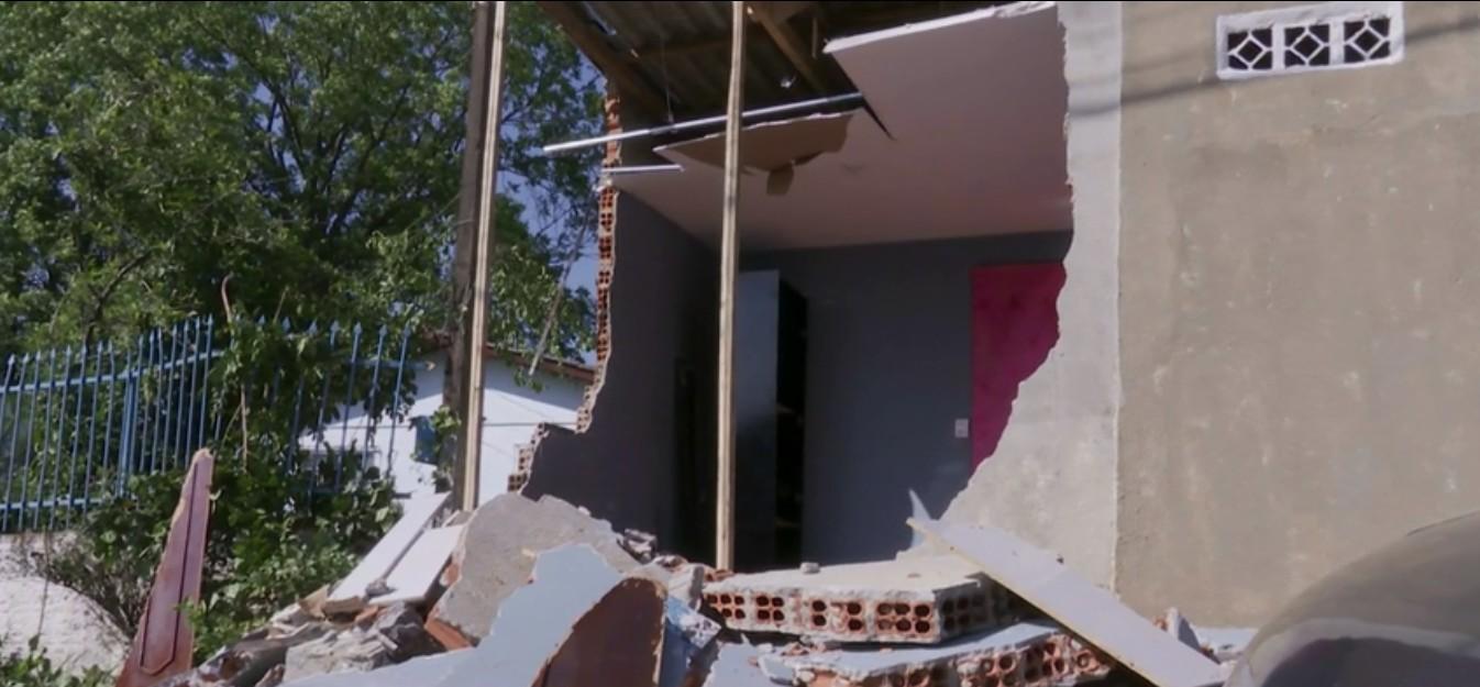 Caminhão desgovernado quebra parede e invade casa, em Cascavel