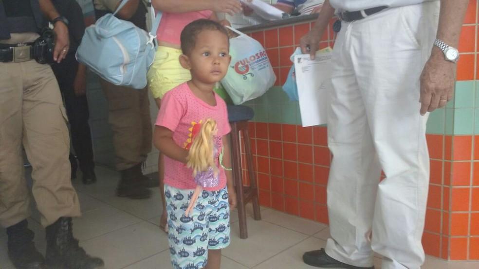 Kaio Pierre deixou o hospital neste sábado (Foto: Juliana Peixoto/ G1)