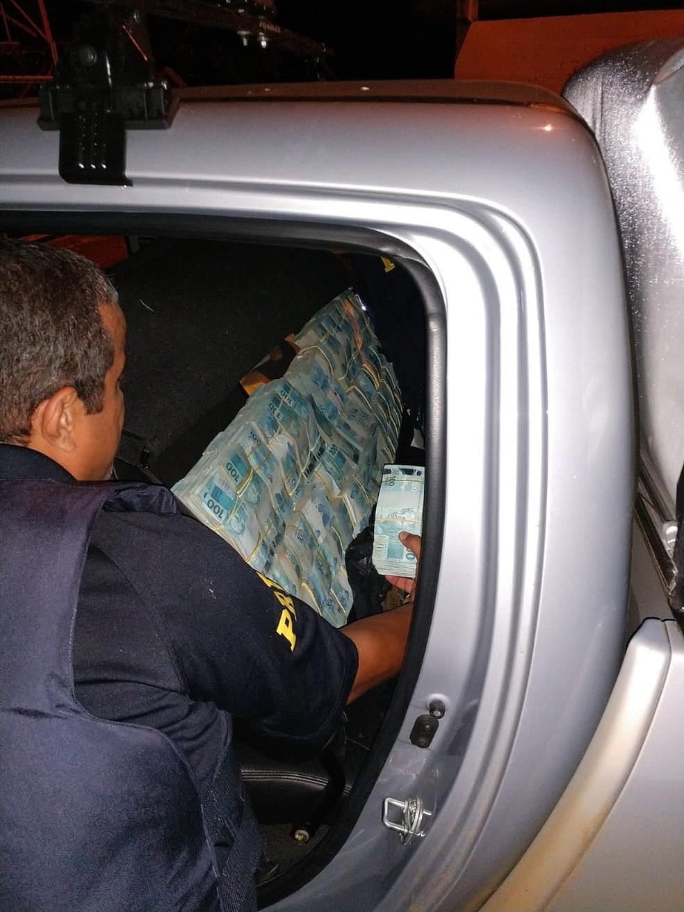 Dinheiro estava escondido no banco traseiro, compartimentos e bagagens — Foto: Polícia Rodoviária Federal de Mato Grosso/Assessoria