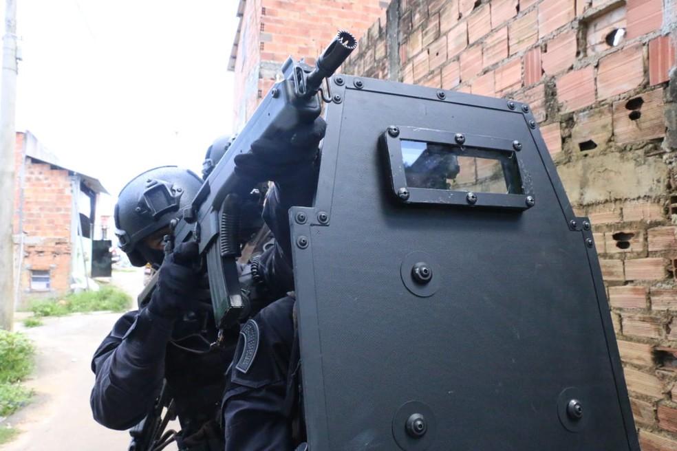 Polícia prendeu casal suspeito de envolvimento com roubos a bancos em motel de Sapeaçu — Foto: Alberto Maraux/SSP-BA
