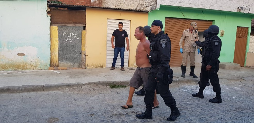 Homem foi detido pelos policiais, que negociavam libertação das crianças por quase 20 horas, em Queimadas, na Paraíba — Foto: Capitão Soares/PMPB