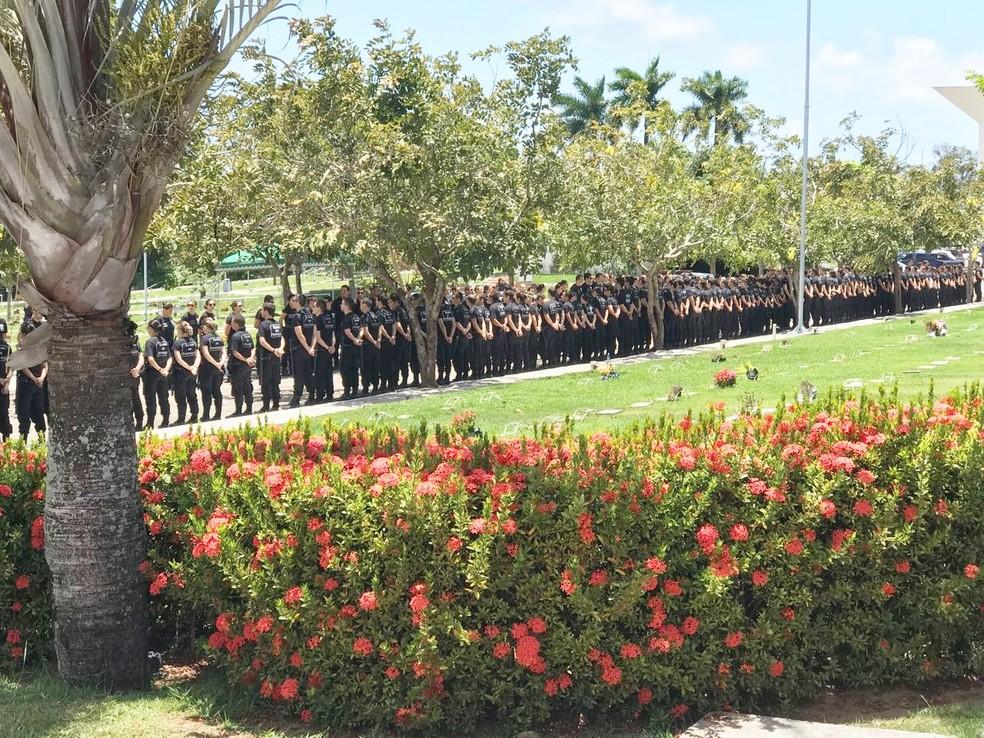 Centenas de agentes penitenciários foram ao Cemitério Morada da Paz, em Emaús, para o último adeus a Thiago Jefferson Bezerra de Lima, assassinado em Natal (Foto: Kleber Teixeira/Inter TV Cabugi)