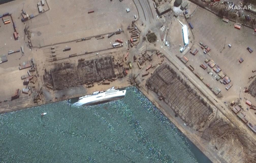 5 de agosto - Imagem de satélite fornecida pela Maxar Technologies mostra navio  no porto de Beirute, no Líbano — Foto: ©2020 Maxar Technologies via AP