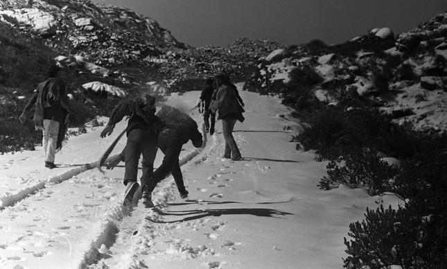 Turistas em estrada coberta por neve no Parque de Itatiaia, em 1985