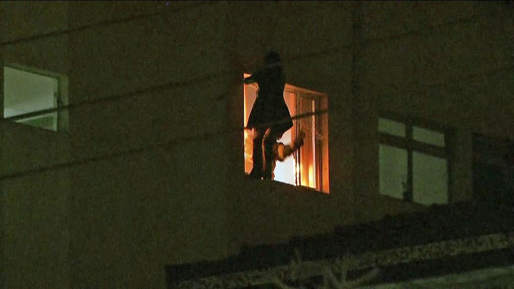 Mulher se joga do quinto andar em prédio no Jaguaré, Zona Oeste de SP — Foto: Reprodução/TV Globo