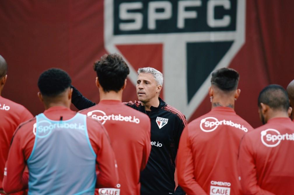 Crespo conversa com o elenco do São Paulo durante a reapresentação — Foto: Fellipe Lucena/saopaulofc