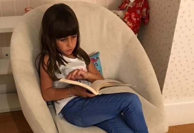 Julia lendo livro (Foto: Arquivo Pessoal)
