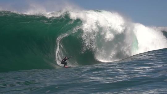 Scooby explora onda rara e perigosa em Angra no maior swell de inverno do Rio