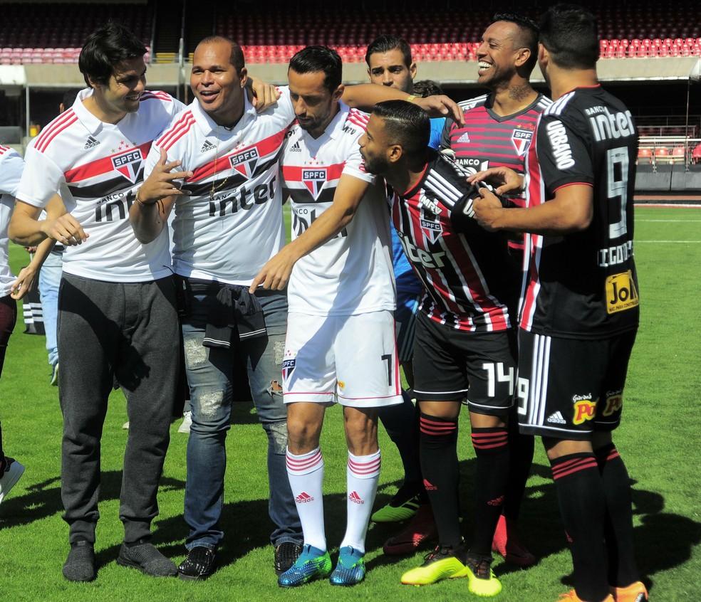Aloisio posa com novo uniforme do São Paulo, ao lado do ídolo (e ex-jogador) Kaká, Nenê e outros jogadores do atual elenco (Foto: Marcos Ribolli)