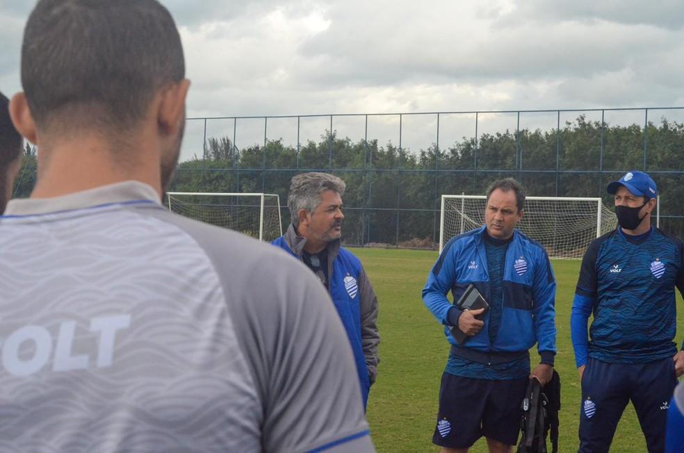 Rafael Tenório vai conversar com o técnico Ney Franco  — Foto: Augusto Oliveira/ASCOM CSA