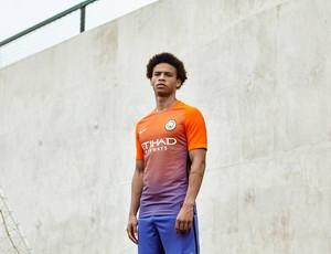 Do laranja ao azul  Manchester City apresenta terceiro uniforme ... efa5fc79d6287