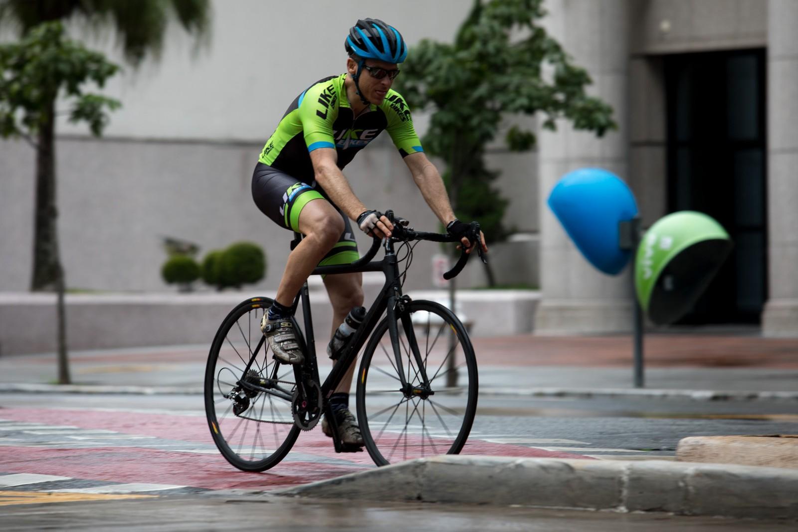Um ciclista pedala pela ciclovia da avenida Luis Carlos Berrini, na zona sul de São Paulo — Foto: Marcelo Brandt/G1