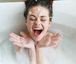 Um banho de hidratação: dicas para deixar a pele mais macia no chuveiro