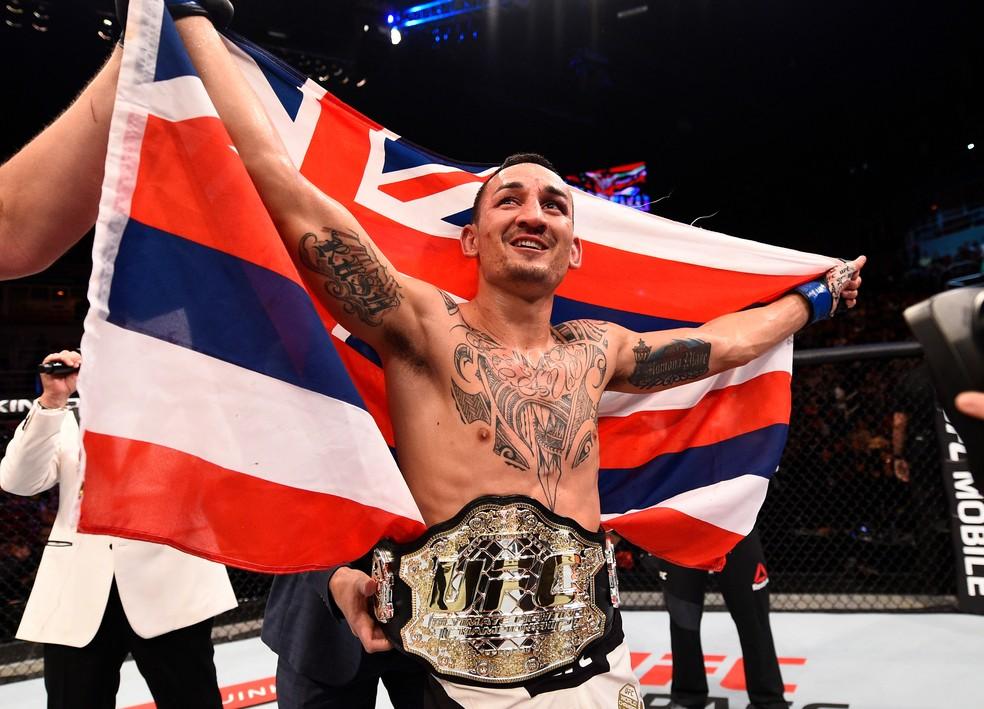 Max Holloway venceu José Aldo e conquistou cinturão dos penas no UFC Rio 8 (Foto: Getty Images)