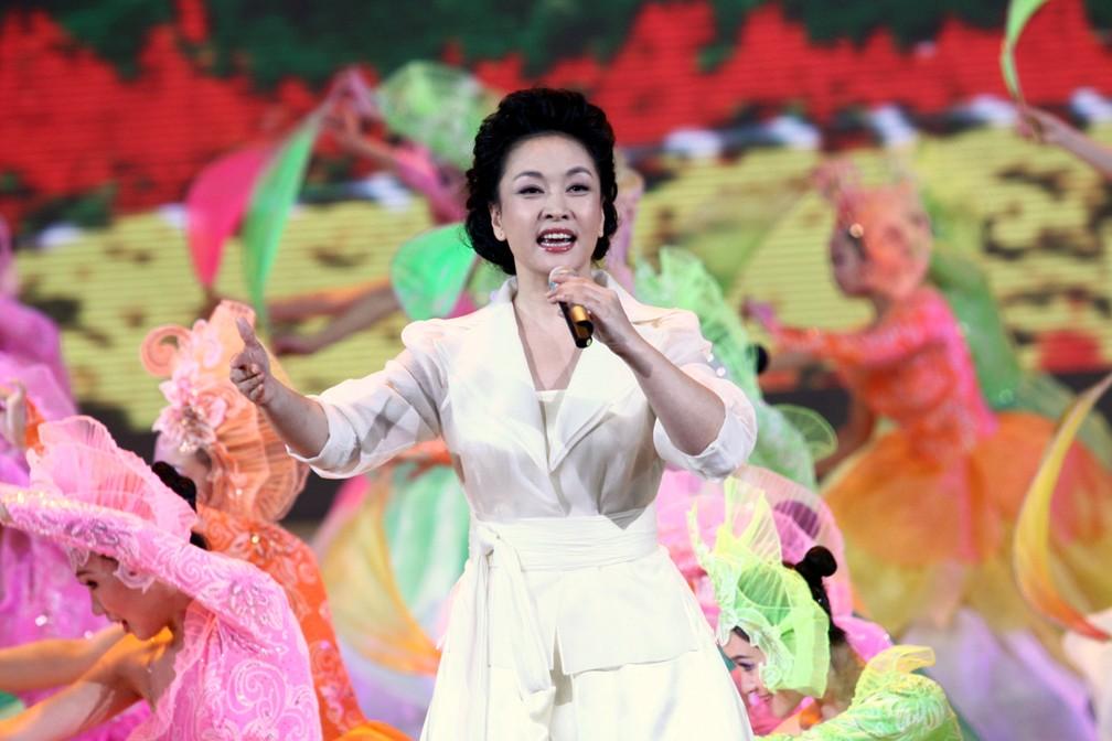 Peng Liyuan, mulher de Xi Jingping, canta durante uma grande celebração em Pequim, em 2009. (Foto: AFP / Imaginechina)