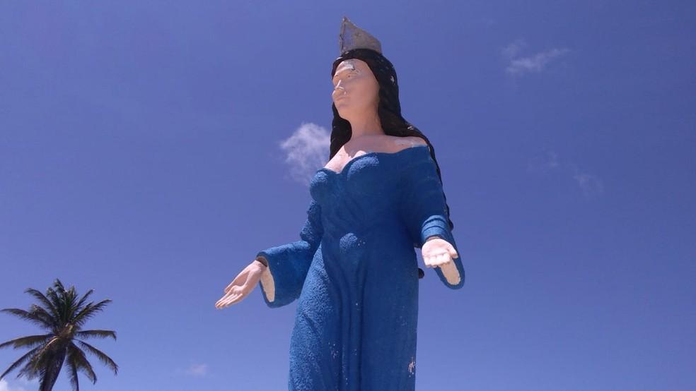 Estátua de Iemanjá, na Praia do Meio, em Natal, sofreu depredações.  — Foto: Geraldo Jerônimo/Inter TV Cabugi