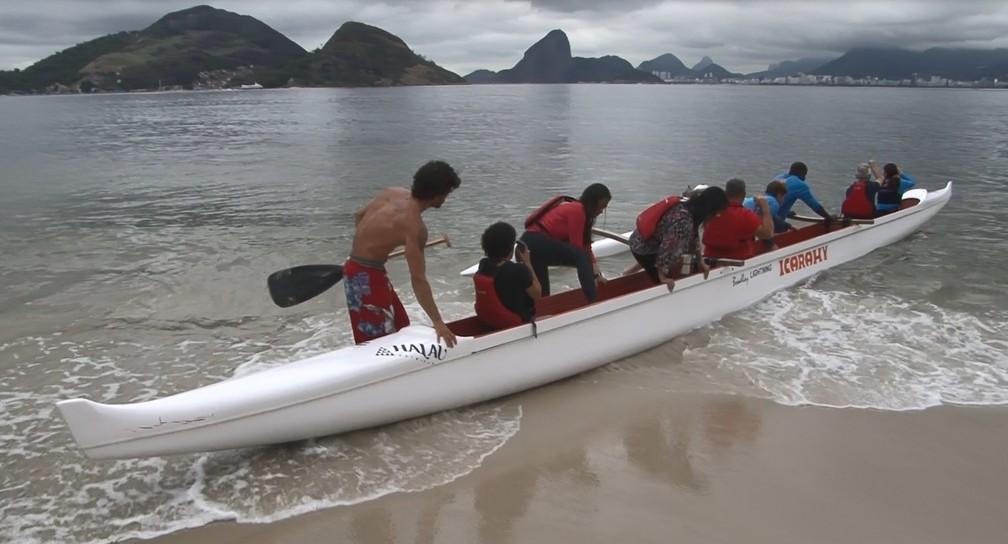 Douglas lidera o projeto que oferece aulas gratuitas de canoa havaiana para deficientes visuais (Foto: Miguel Folco / G1)