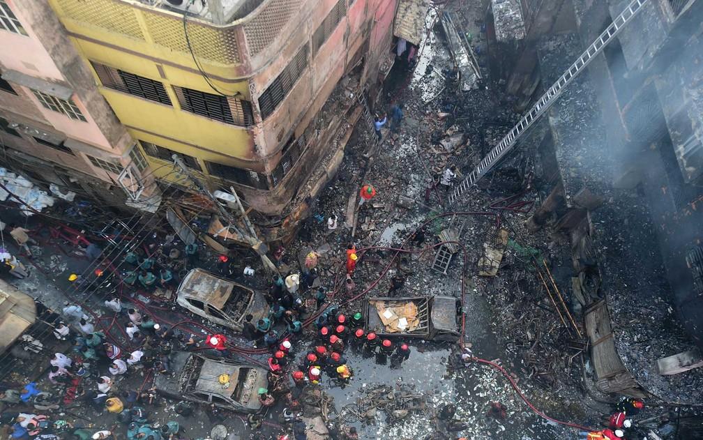 Bombeiros trabalham onde incêndio destruiu prédios em Bangladesh — Foto: Munir Uz Zaman / AFP Photo