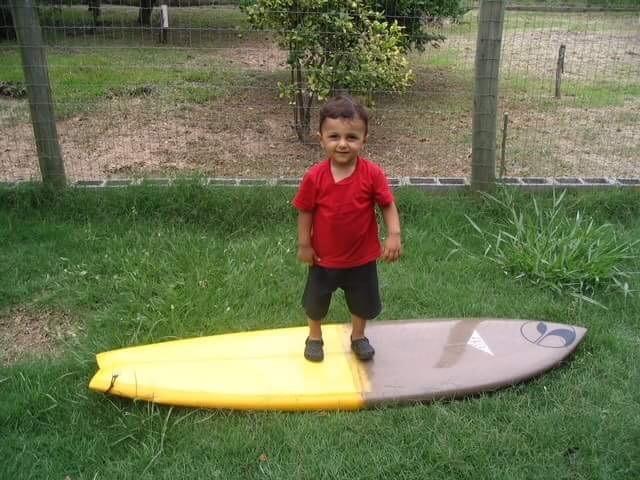 Ícaro, 2 anos, em cima da prancha (Foto: Arquivo pessoal)