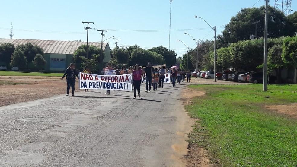 Manifestantes percorreram cerca de 2,1 quilômetros em caminhada de protesto.  — Foto: Rede Amazônica/Reprodução