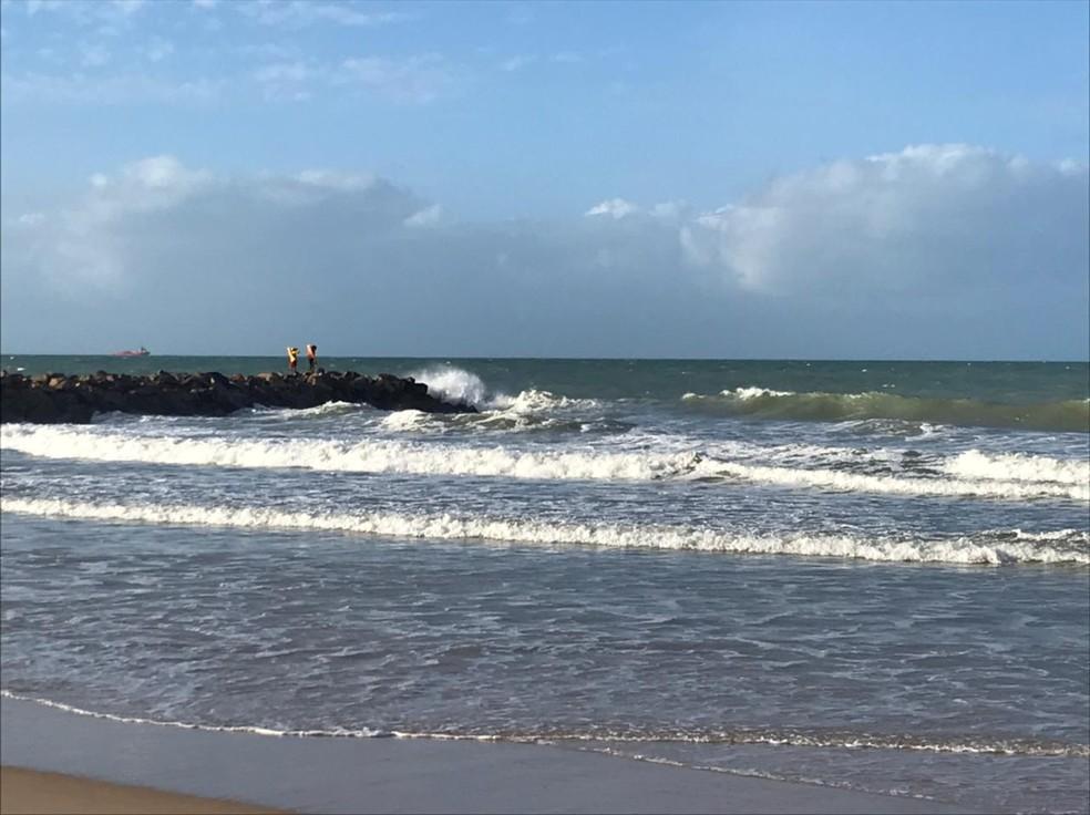 Bombeiros fazem buscas por adolescente que se afogou enquanto surfava em Natal — Foto: Geraldo Jerônimo/Inter TV Cabugi