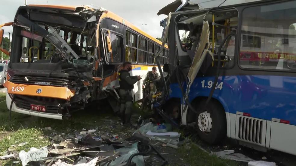 Um ônibus e um BRT bateram de frente na faixa exclusiva da PE-15, nesta segunda-feira (29) — Foto: Reprodução/TV Globo
