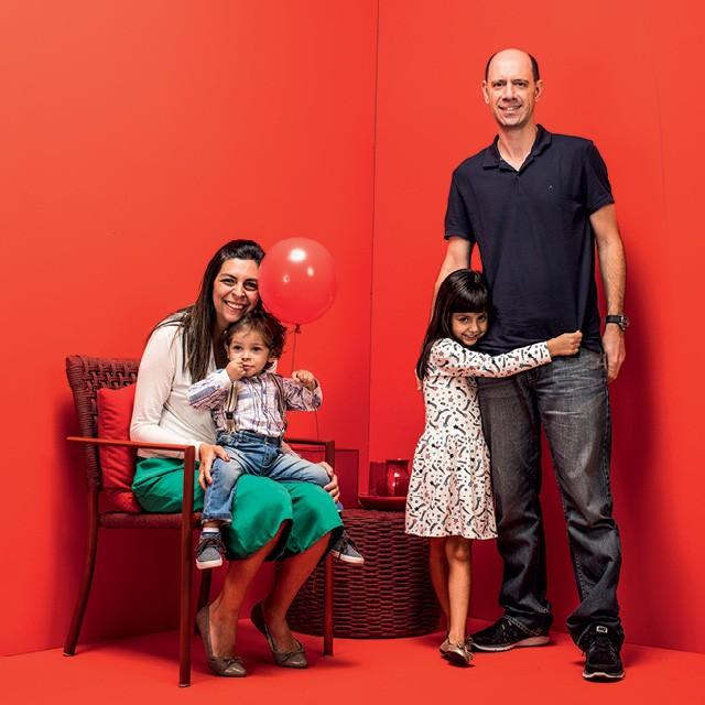 Carla e Fábio Cestari configuram uma família com Sofia e o filho adotivo Eduardo (Foto: Eduardo Svezia)